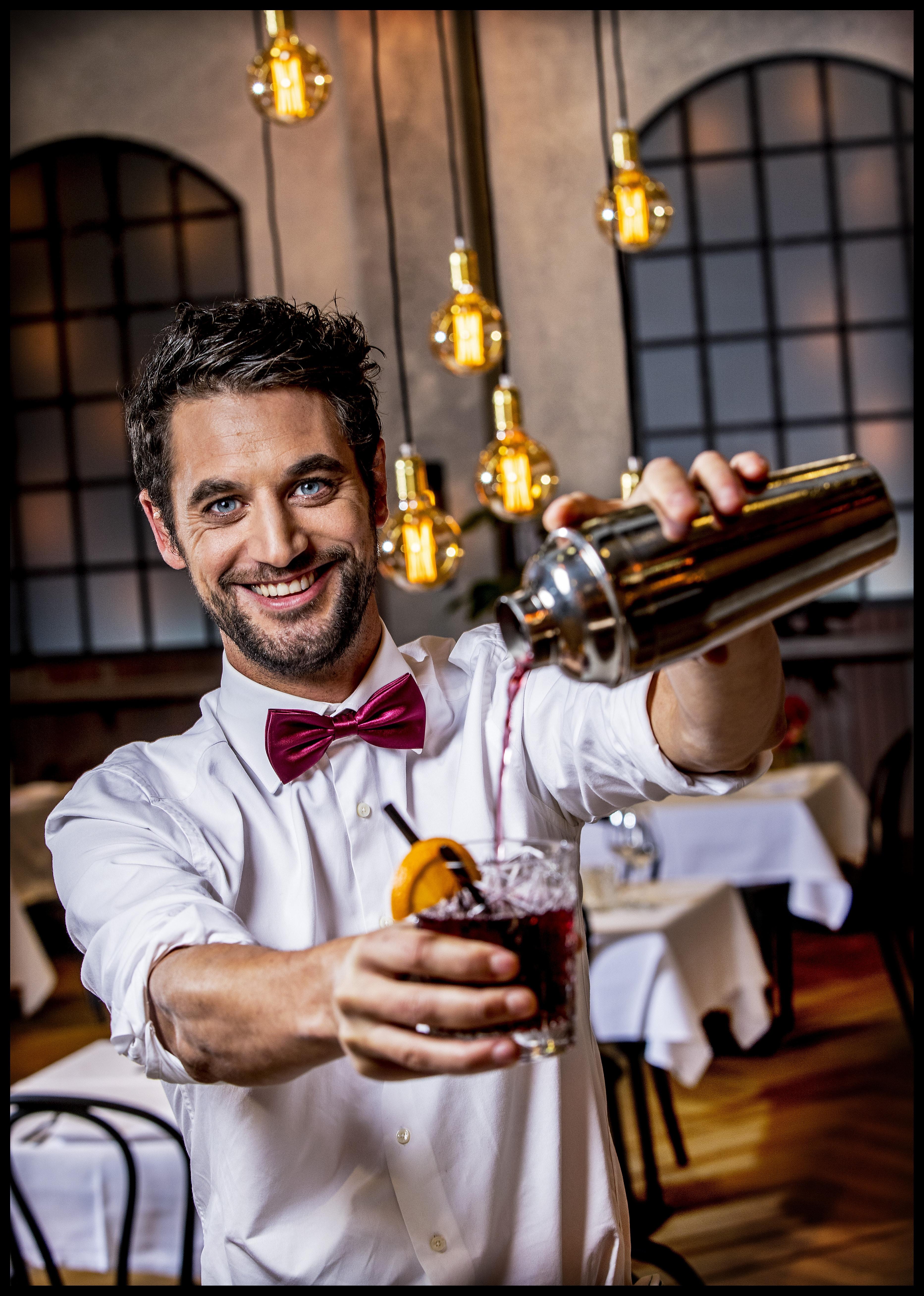Barman Victor van het First Dates restaurantFoto ; Pim Ras, daten corona, online daten, daten op afstand